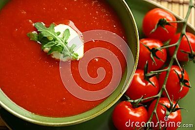 De soep van de tomaat met versiert
