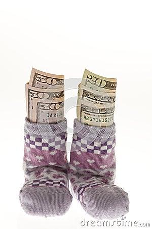 De sokken van kinderen met dollarrekeningen
