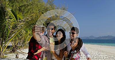 De Spaanse Foto van Guy Calling People Group Take Selfie op Cel Slimme Telefoon bij van Strandmannen en Vrouwen de Toeristenmeded stock videobeelden
