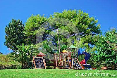 De speelplaats van kinderen in een park