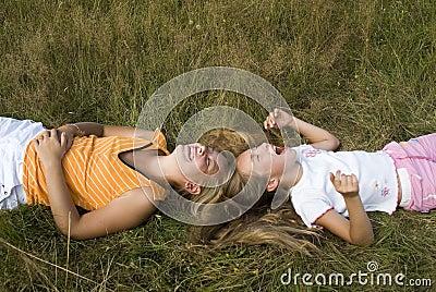 De spelen van meisjes op een weide III