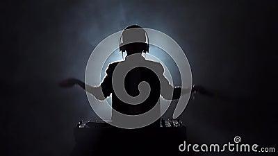 De sprongen van DJ van de silhouetjongen, dans en spelenmuziek Langzame Motie stock footage