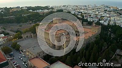 De stad Medieval Rhodes, Griekenland, van boven Kleine gebouwen, oude turkse badkuipen, uit de drone gevangen genomen stock video