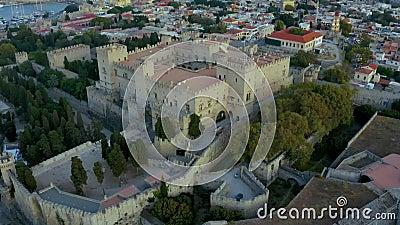 De stad Medieval Rhodes, Griekenland, van boven Kleine gebouwen, oude turkse badkuipen, uit de drone gevangen genomen stock footage