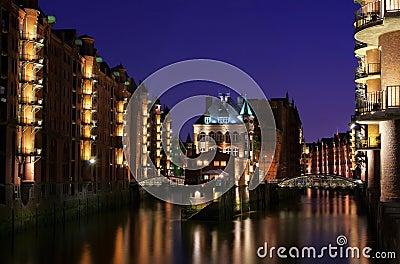 De stad van Hamburg van pakhuizenpaleis bij nacht