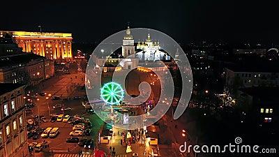 De stad van het nieuwe jaar, gedecoreerd met mooie lichtgevende tuinen Luchtschot stock videobeelden