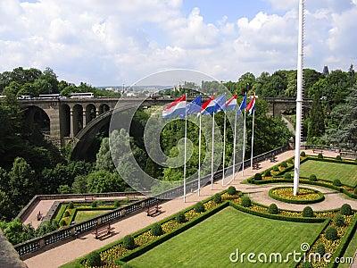 De stad van Luxemburg van de tuin en van de brug