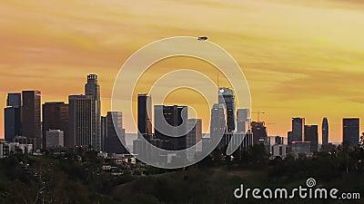 De stadshorizon van Los Angeles met blimp hierboven van de binnenstad - tijdtijdspanne stock footage