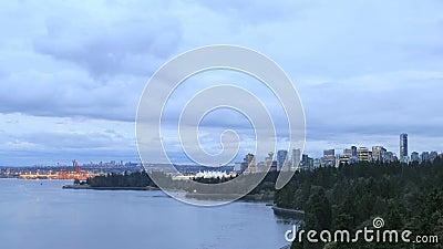 De Stadshorizon van Vancouver BC Canada met het Bewegen van Wolken en Verkeer langs Stanley Park Seawall bij Blauw Uur stock footage