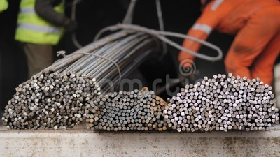 De stapel van de bouwvakkerlading staalbars stock video