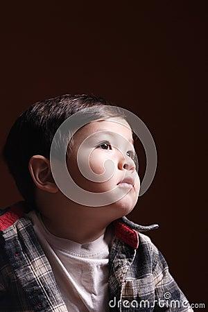De starende blik van een kleine jongen.