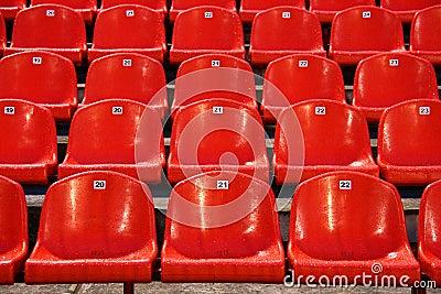 De stoelen van het stadion