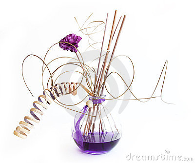 De stokken van het aroma in fles met lavendelolie