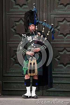 De straatbagpiper van Edinburgh Redactionele Afbeelding
