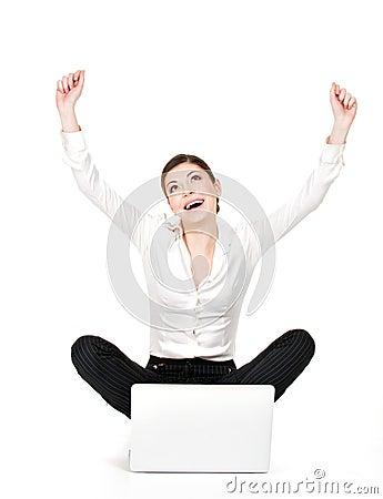 Succesvolle bedrijfsvrouw opgeheven handen omhoog