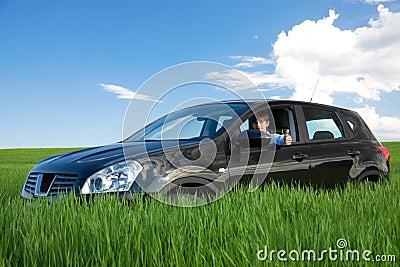 De succesvolle zakenman is duim-omhoog in eigen auto