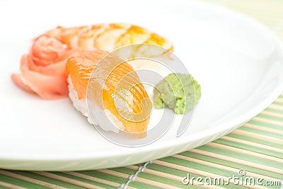 De sushi van Nigiri met saus op de plaat