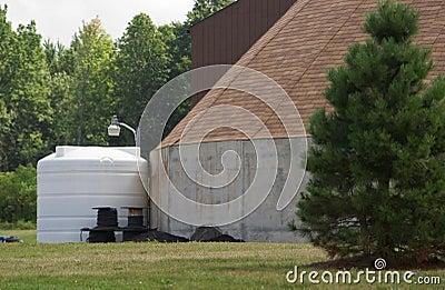De tank van de opslag naast de bouw