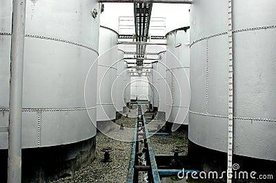De tanks van de opslag ruwe olie