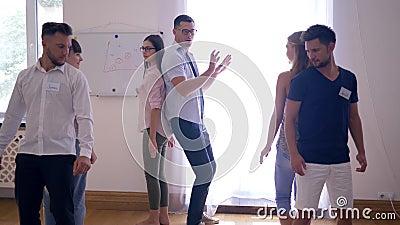 De teambouw, jongeren voert samen een oefening uit en dan toegejuicht elkaar bij de groepstherapie stock video
