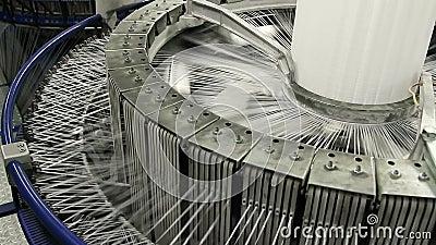 De textielindustrie - garenspoelen op spinmachine in een fabriek stock video