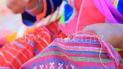 De Thaise dara-ANG binnenlandse heuvelstam in chiangmai noordelijk van Thailand maakt een ambacht van de kledingshand stock video