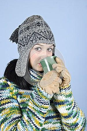 De tienermeisje van de schoonheid het drinken thee