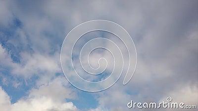 De tijdtijdspanne betrekt met blauwe hemelachtergrond vaag door amorfe wolken die in de wind rollen stock video