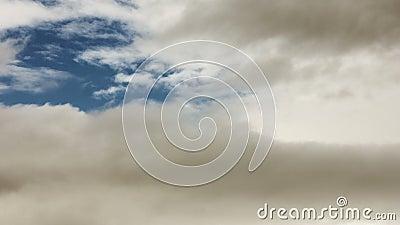 De tijdtijdspanne van dramatisch heldert langs wolkenvlieg op stock videobeelden
