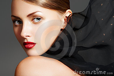 De toebehoren van de manier. Model met elegante lippensamenstelling