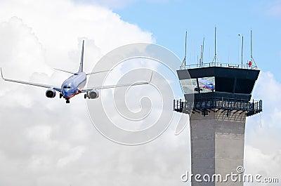 De toren van de luchtverkeerscontrole met jet