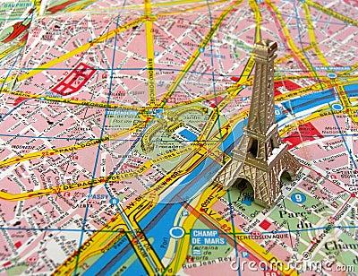 De toren van Eiffel op de kaart van Parijs