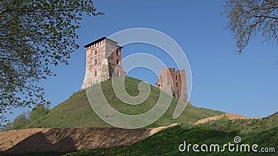 De torens van het middeleeuwse kasteel van Novogrudok, Sunny April-dag wit-rusland stock videobeelden