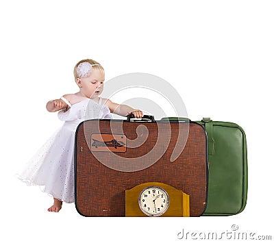 De tribune van het jonge geitje dichtbij bagage, klaar te reizen