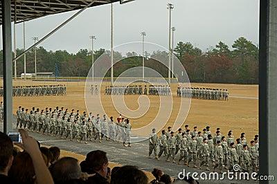 De Troepen Die Van Het Leger In Parade Marcheren