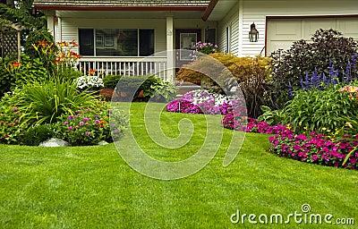 De tuin van de zomer van de lente van het huis royalty vrije stock foto 39 s afbeelding 18290118 - Tuin decoratie buitenkant ...
