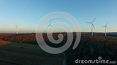 De turbines van de wind, geel gebied stock videobeelden