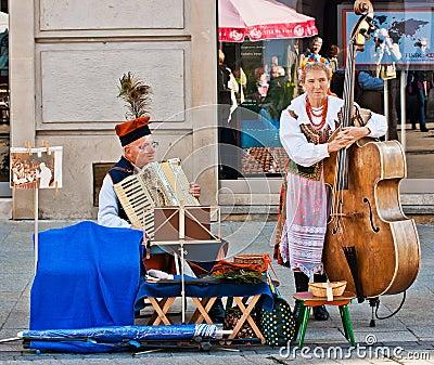 De uitvoerders van de straat in Krakau, Polen Redactionele Fotografie