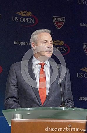 De US Opentoernooien Directeur David Brewer bij het US Open van 2013 trekken Ceremonie Redactionele Stock Afbeelding