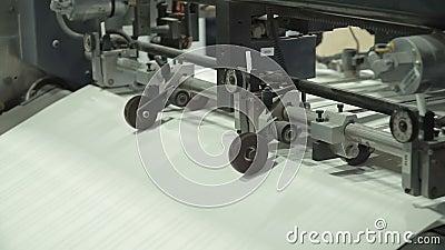 De vacuümbladvoeder levert individuele bladen van document in drukpers van de stapel van document Verwant met machines stock videobeelden