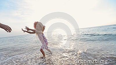 De vader neemt zijn dochter dichtbij het overzees in langzaam op