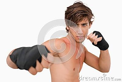De vechter van vechtsporten het aanvallen met zijn vuist