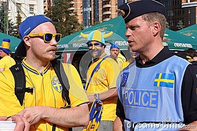 De ventilator van de voetbal en Zweedse politieagent op EURO 2012 Redactionele Fotografie