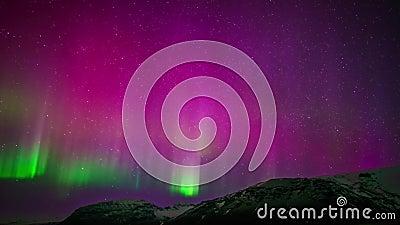 De verbazende mening van de tijdtijdspanne 4k over purpere groene heldere kleurrijke noordelijke lichte aurora borealis australis stock video