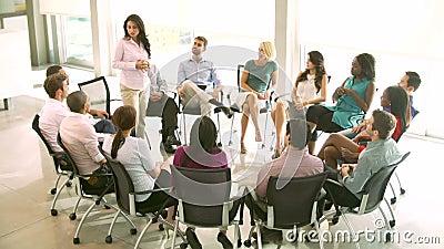 De Vergadering van de steungroep met Mensen Gezet in Cirkel van Stoelen stock footage