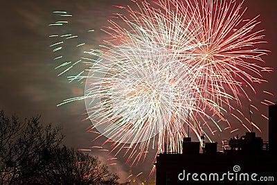 De vertoning van het vuurwerk op de Vooravond van Nieuwjaren