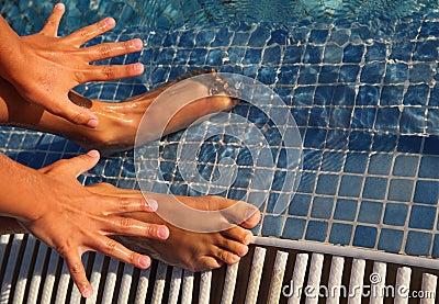 De verwijde vingers en de tenen zijn putted in water
