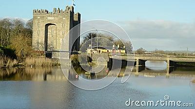 De video van de tijdtijdspanne van een oud Iers kasteel in provincie Clare, Ierland stock footage