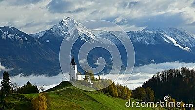De video van de de tijdtijdspanne van Slovenië in de ochtend met mist over de vallei stock footage