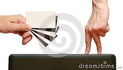 De vingers gaan adreskaartje in han tegenover elkaar stellen